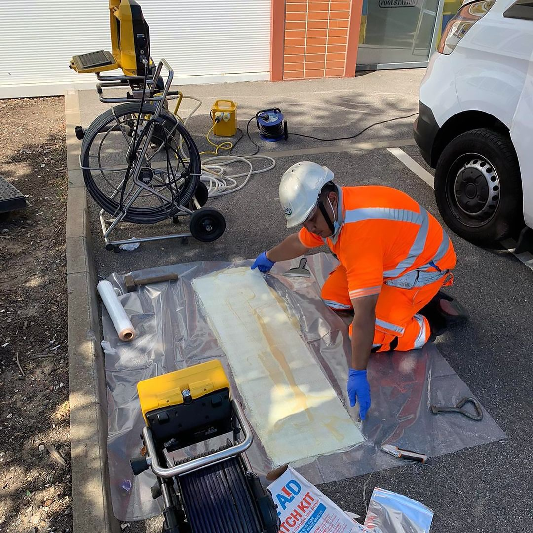 Image of a Drain 247 engineers conducting drain lining.